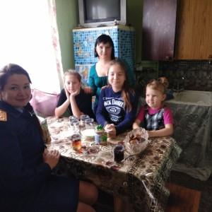 Сотрудники Следственного комитета поздравили многодетную мать