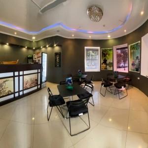Уютный зал для посетителей в Суши Маркет